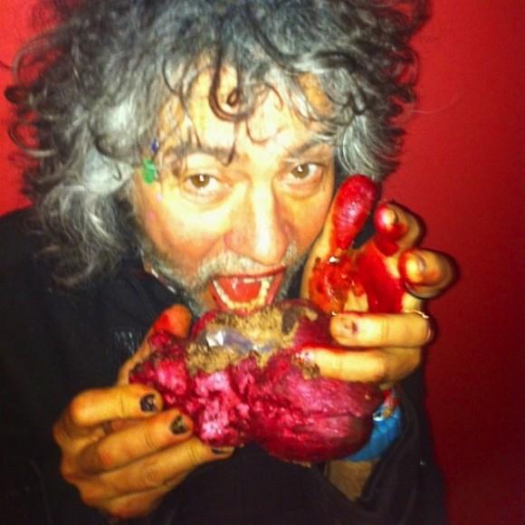 Wayne Coyne eats hearts