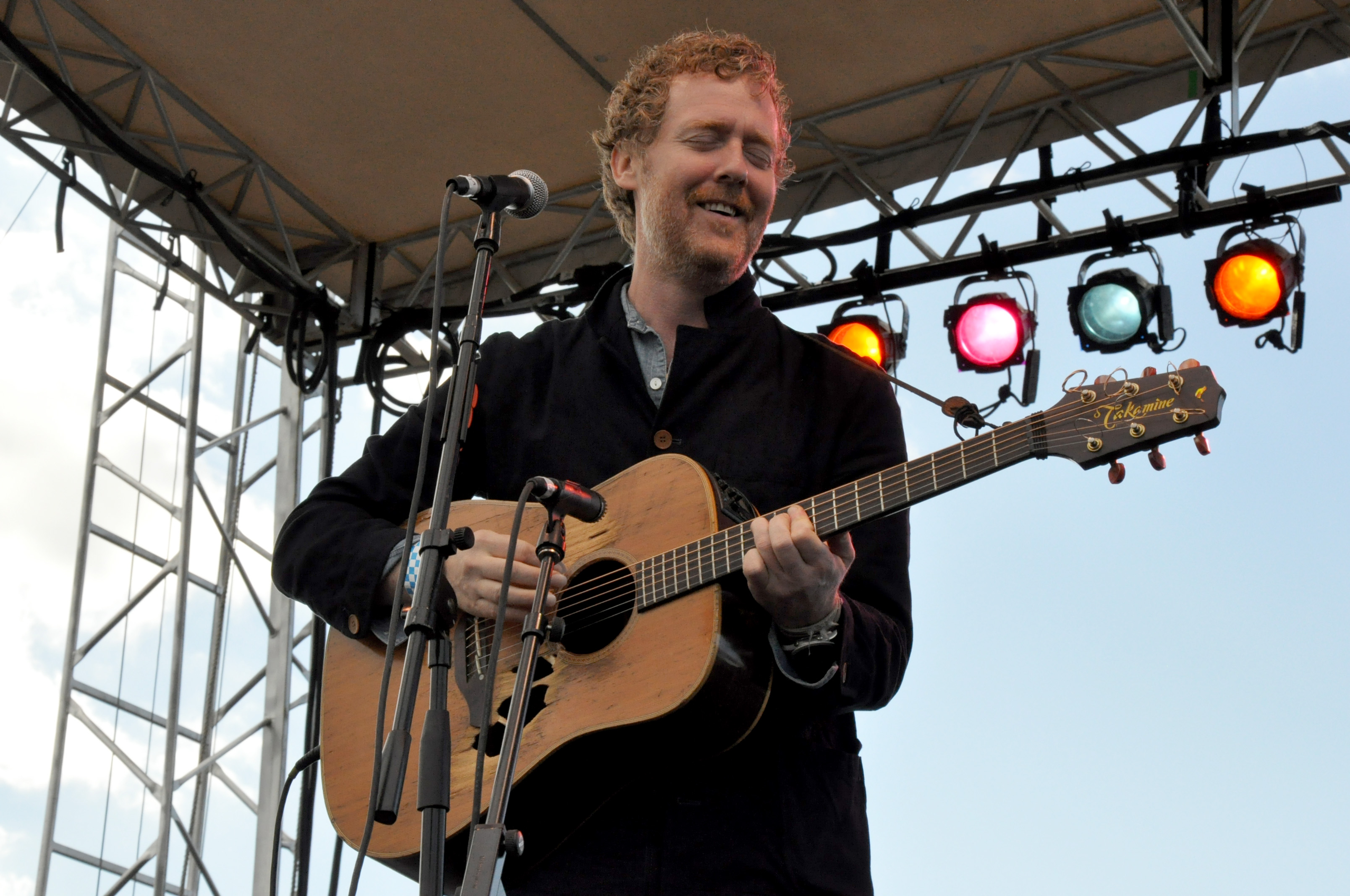 "Glen Hansard Announces Spring 2019 Tour Dates and Shares Intimate Performances of ""Don't Settle"" and ""Race To The Bottom"""