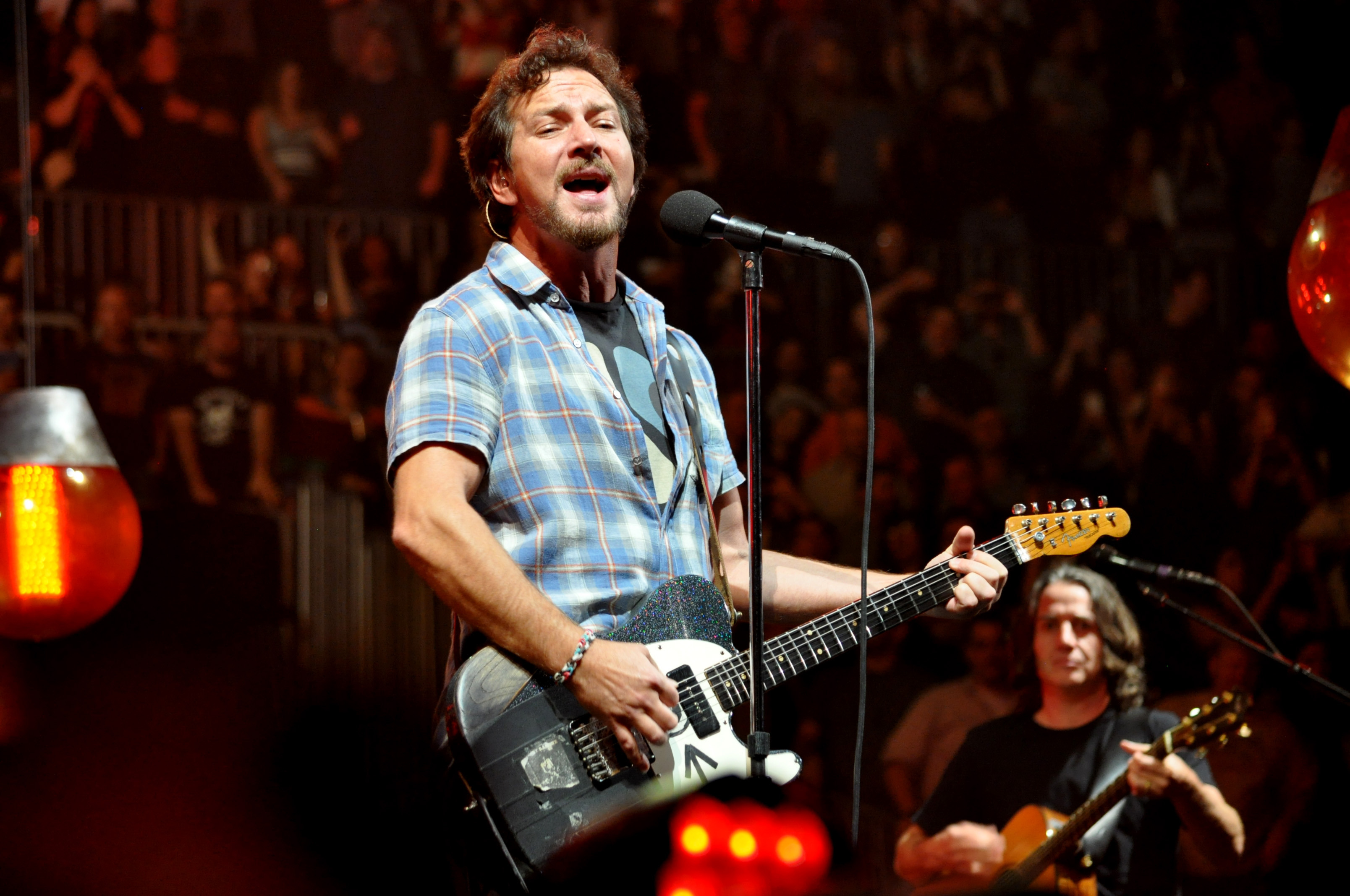 "Eddie Vedder Covers Warren Zevon's Iconic ""Keep Me In Your Heart"" with Paul Shaffer & The Choir"