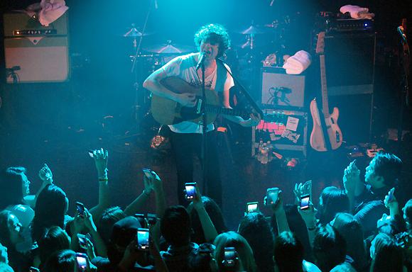 "The Kooks Release Acoustic Cover of Maggie Rogers' Breakthrough Hit ""Alaska"""